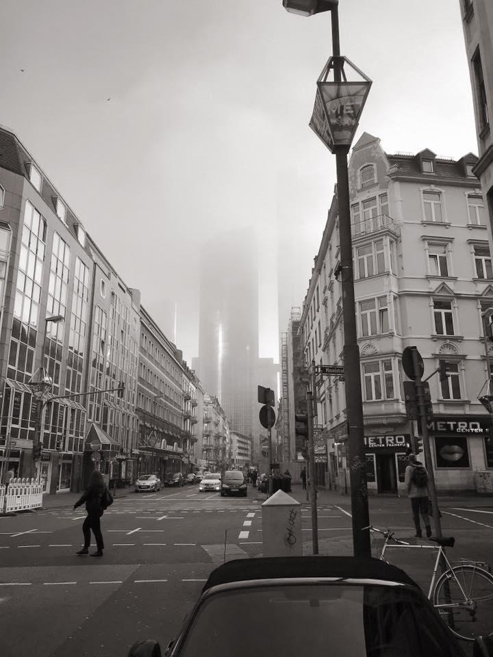 Frankfurt Bahnhofsviertel im Nebel. s/w Foto